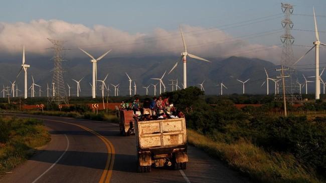 Mereka kemudian ikut satu karavan yang membawa imigran dari Amerika Tengah. Mereka semua menggantungkan harapan agar bisa mendapatkan suaka di Negeri Paman Sam. (Reuters/Carlos Garcia Rawlins)