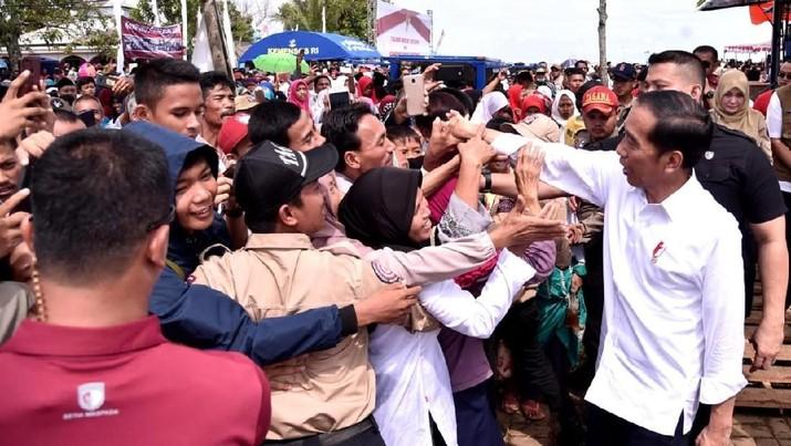 Usai Debat Vs Prabowo, Jokowi Blusukan di Banten