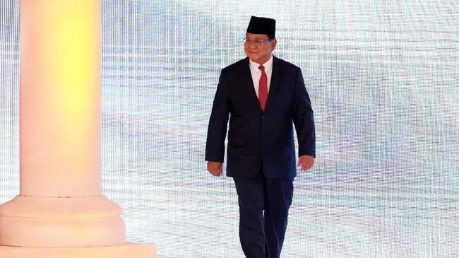 Prabowo Subianto di area panggung debat di Hotel Sultan. Prabowo menitikberatkan pada swasembada energi, air, dan pangan dalam visi-misinya. Ia juga beberapa kali mengkritik kebijakan impor di era pemerintahan Jokowi. (REUTERS/Willy Kurniawan)