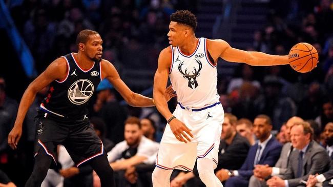 Kapten Tim Giannis yang merupakan bintang Milwaukee Bucks Giannis Antetokounmpo berhadapan dengan Kevin Durant. (REUTERS/Bob Donnan-USA TODAY Sports)