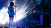 Penyanyi J Cole menjadi penghibur di tengah babak pertandingan NBA All Star 2019. (REUTERS/Jeremy Brevard-USA TODAY Sports)