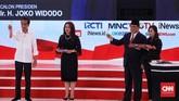 Dua calon presiden Joko Widodo dan Prabowo Subianto usai mengambil undian pertanyaan dari tim panelis. Kedua capres berdebat dengan topik energi, pangan, infrastruktur, sumber daya alam dan lingkungan hidup. (CNN Indonesia/Andry Novelino).