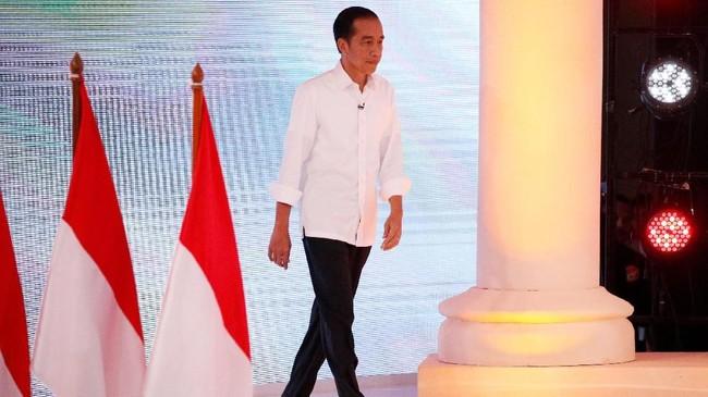 Joko Widodo ketika melangkah ke area panggung debat capres. Dalam pemaparan visi-misi, Jokowi menyatakan jika terpilih pemerintahannya akan berupaya mengurangi pemakaian energi fossil dan meningkatkan penggunaan B20. (REUTERS/Willy Kurniawan)