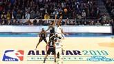 Tip off NBA All Star 2019 melibatkan forward Tim LeBron Kevin Durant melawan forward Tim Giannis Joel Embiid. (REUTERS/Jeremy Brevard-USA TODAY Sports)