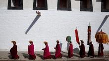 FOTO: Kala Matahari Menyinari 'Budha' di Tibet