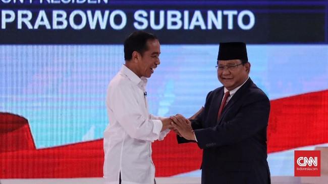Dua calon presiden Joko Widodo dan Prabowo Subianto saling bersalaman saatDebat Capres. (CNN Indonesia/Hesti Rika)