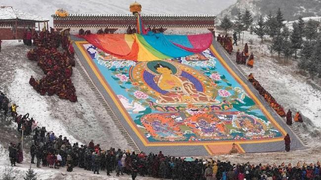 Thangka merupakan sulaman sutra yang menggambarkan Budha beserta dengan motif yang mengandung makna religius. (REUTERS/Aly Song)