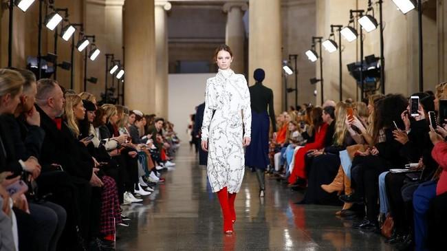 Victoria Beckham kembali meluncurkan koleksi terbarunya di London Fashion Week 2019 di London, Inggris pada 17 Februari 2019. (REUTERS/Henry Nicholls)