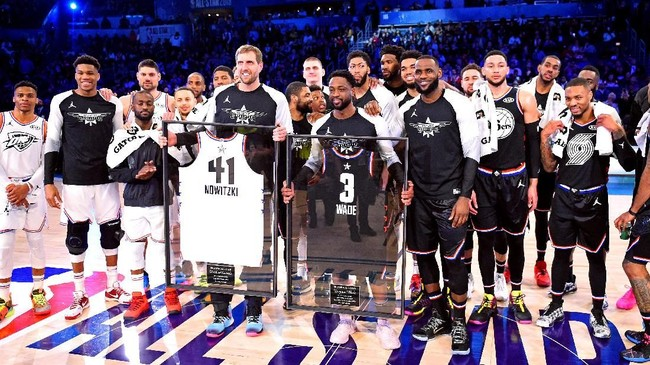 Penghargaan juga diberikan kepada dua pemain veteran NBA, Dirk Nowitzki dan Dwyane Wade. (REUTERS/Bob Donnan-USA TODAY Sports)