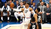 Guard Tim Giannis, Russell Westbrook, melakukan lay-up melewati pemain Tim LeBron Karl-Anthony Towns. (REUTERS/Jeremy Brevard-USA TODAY Sports)
