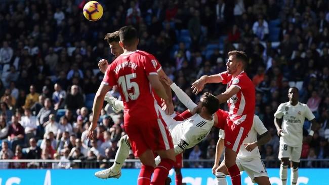 Real Madrid justru kehilangan Sergio Ramos yang mendapat kartu kuning kedua pada menit ke-90 karena hampir menendang kepala pemain Girona saat ingin melakukan tendangan salto. (REUTERS/Susana Vera)