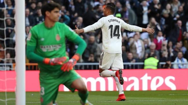 Casemiro merayakan gol ke gawang Girona. Keunggulan 1-0 Real Madrid bertahan hingga jeda babak pertama. (REUTERS/Susana Vera)
