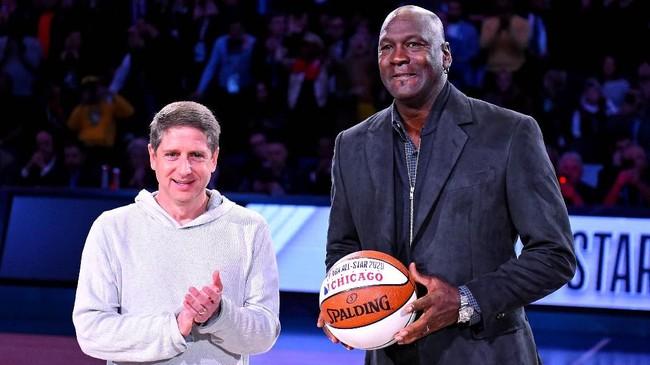 Pemilik Charlotte Hornets sekaligus legenda NBA, Michael Jordan, mendapat penghargaan setelah menjadi tuan rumah NBA All Star 2019. (REUTERS/Bob Donnan-USA TODAY Sports)