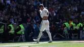 Sergio Ramos meninggalkan lapangan usai mendapat kartu merah. Kekalahan dari Girona membuat Real Madrid dianggap merindukan Cristiano Ronaldo yang hengkang ke Juventus awal musim ini. (REUTERS/Susana Vera)