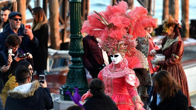 Karnaval yang digelar di kawasan paling populer di Venesia, Rio di Cannaregio, ini selalu menarik perhatian wisatawan. (Vincenzo PINTO / AFP)