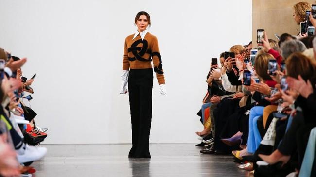 FOTO: Sisi Nakal Victoria Beckham di London Fashion Week