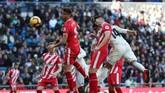 Memanfaatkan umpan sepak pojok Toni Kroos, Casemiro berhasil membobol gawang Girona melalui sundulan pada menit ke-25. (REUTERS/Susana Vera)