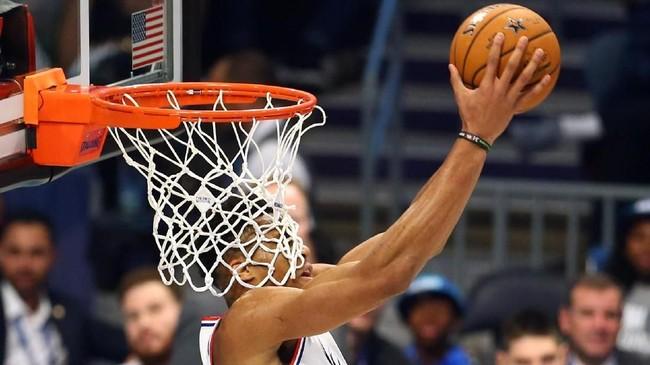 Pemain Tim Giannis, Giannis Antetokounmpo, melakukan slam dunk dengan wajahnya mengenai jaring ring. (REUTERS/Jeremy Brevard-USA TODAY Sports)