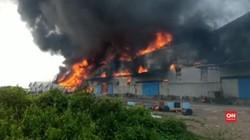 VIDEO: Kebakaran Pabrik Plastik di Gresik, Jawa Timur