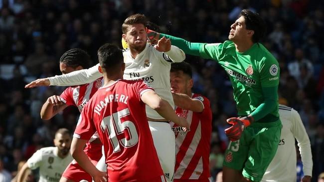 Real Madrid berusaha keras untuk menyamakan kedudukan, tapi pertahanan Girona dan penampilan kiper Bono membuat tuan rumah gagal mencetak gol tambahan. (REUTERS/Susana Vera)