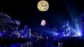 Pada malam hari, sorotan cahaya lampu siap memesona siapapun yang berkunjung ke Venesia. (REUTERS/Manuel Silvestri)