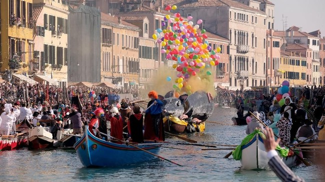 Para wisatawan larut dalam kemeriahan suasanya di Venesia. (REUTERS/Manuel Silvestri)