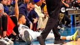 Pemain Tim Giannis, Stephen Curry, dari Golden State Warriors terjatuh di depan penonton yang menyaksikan langsung di Spectrum Center. (REUTERS/Bob Donnan-USA TODAY Sports)