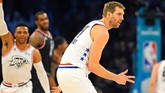 Pemain veteran Tim Giannis, Dirk Nowitzki, dari Dallas Mavericks merayakan keberhasilan setelah sukses melakukan lemparan tiga angka. (REUTERS/Bob Donnan-USA TODAY Sports)