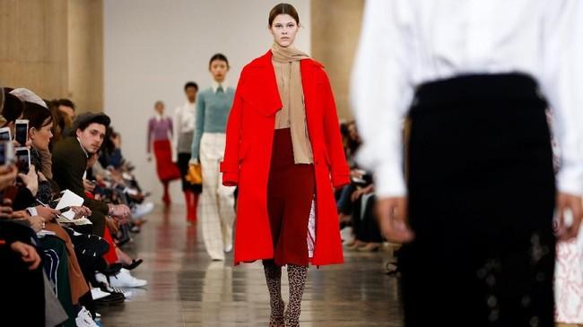 Selain koleksi yang didominasi warna merah, dia juga banyak menghadirkan koleksi dengan motif leopard. (REUTERS/Henry Nicholls)