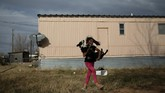 Pada satu siang di Mei tahun lalu, Ofra dan anak-anaknya untuk pertama kalinya bangun melihat matahari pagi di New Mexico, Amerika Serikat. (Reuters/Loren Elliott)