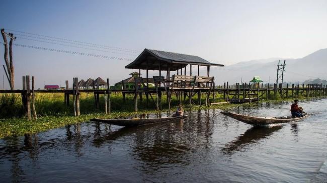 Selain wisata balon udara, untuk menikmati panorama Danau Inle juga bisa melalui wisata perahu kayu.