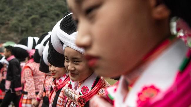 Total, ada sembilan juta orang yang termasuk dalam etnis Miao, dan 5.000 di antaranya tinggal di desa-desa terpencil di Guizhou. (Photo by FRED DUFOUR / AFP)