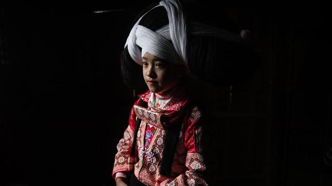Etnis yang menggunakannya disebut Long Horn (Tanduk Panjang) Miao. Mereka mengenakannya untuk kepentingan festival bunga atau yang disebut Tiaohuajie. (Photo by FRED DUFOUR / AFP)
