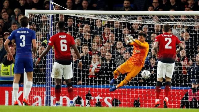 KiperMan United Sergio Romero tampil gemilang dengan beberapa penyelamatannya. Dalam 11 laga di Piala FA bersama Man United, Romero hanya kebobolan dua gol dan clean sheet sembilan kali. (Action Images via Reuters/John Sibley)