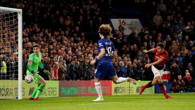 Gelandang Ander Herrera (kanan) membawa Man United unggul lebih dulu di menit ke-31 memanfaatkan umpan silang paul Pogba. Itu adalah gol ke-20 Herrera bersama Man United sejauh ini di semua kompetisi. (Action Images via Reuters/John Sibley)