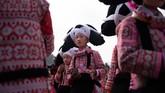 Festival bunga yang menjadi satu-satunya kesempatan mengenakan 'tanduk rambut leluhur' itu biasanya diselenggarakan pada hari ke-10 setelah perayaan Tahun Baru China. (Photo by FRED DUFOUR / AFP)