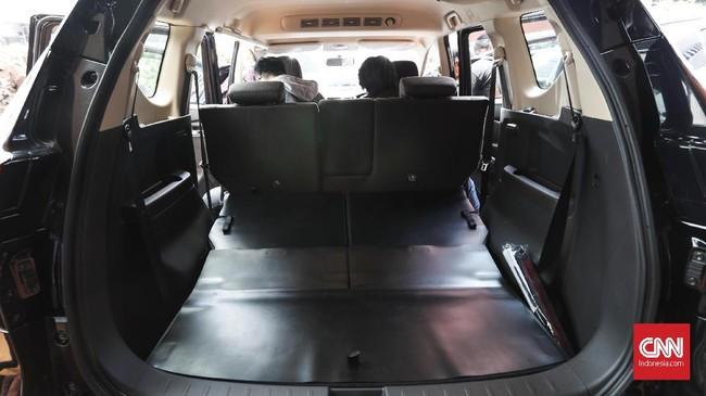 Kursi baris ketiga bisa dilipat rata sehingga memungkinkan untuk mengangkut barang bawaan lebih banyak. (CNNIndonesia/Safir Makki)