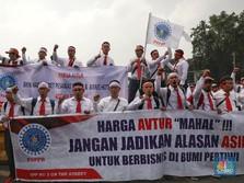 Intip Aksi Damai Bela Pertamina di Depan Kantor Jokowi