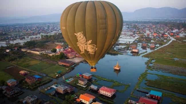 Danau Inle adalah danau air tawar yang berada di Shan State, Myanmar. Danau ini merupakan yang terbesar kedua di sana, dengan luas perairan 116 km persegi.
