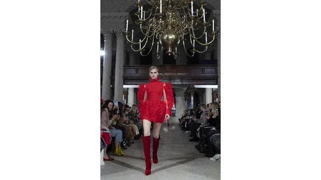 David Koma, seorang desainer Georgia yang berbasis di London hadir meramaikan London Fashion Week pada 18 Februari 2019. (Photo by Niklas HALLEN / AFP)