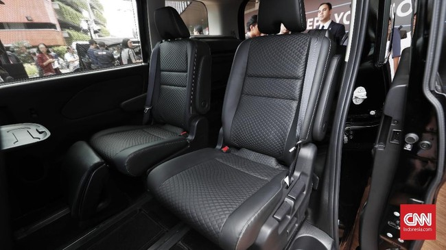 Mobil ini hadir dengan kabin luas dan nyaman. Keluarga dapat menikmati kenyamanan maksimum dengan adanya captain seat berbalut kulit, dan tujuh colokan USB pada setiap baris kursi. (CNNIndonesia/Safir Makki)