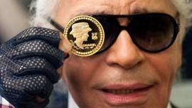Kacamata Hitam Tak Pernah Absen dari Gaya Karl Lagerfeld
