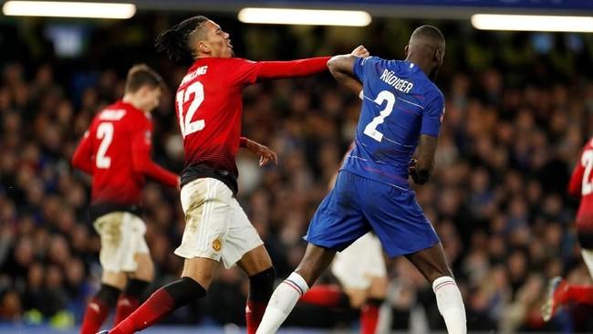 Bek tengah Man United Chris Smalling (kiri) bentrok dengan bek tengah Chelsea Antonio Ruediger di tengah pertandingan. Bersama Victor Lindelof, Smalling tampil solid di lini belakang tim tamu. (Action Images via Reuters/John Sibley)