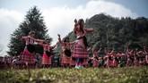 Perayaan Tahun Baru China atau Imlek di Guizhou, China tidak bergemerlapan lampion dan riuh rendah barongsai. Tahun baru di sana dirayakan gadis-gadis yang menari berputar. (Photo by FRED DUFOUR / AFP)