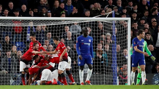 Pemain Man United merayakan gol yang dicetak Paul Pogba. Gol Pogba ke gawang Chelsea adalah yang pertama bagi gelandang asal Prancis itu di Piala FA. (REUTERS/David Klein)