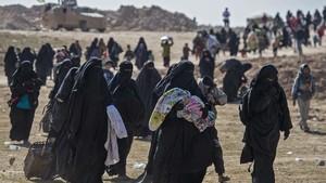 FOTO: Langkah Lelah Keluar dari Benteng Akhir ISIS di Suriah