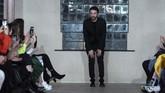 Desainer Georgia David Koma tampil di pengujung shownya di London Fashion Week. (Photo by Niklas HALLEN / AFP)