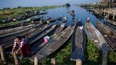 Danau Inle menjadi sumber kehidupan masyarakat, yang disebut Intha, yang hidup di sekitarnya. Hingga saat ini, masyarakat Intha berjumlah sekitar 70 ribu jiwa.