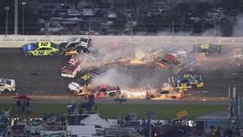 FOTO: Kecelakaan Besar di Lintasan NASCAR