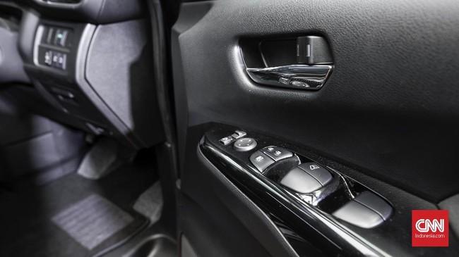 Tombol-tombol pengantur naik turun kaca tersimpan dengan apik dan memudahkan pengendara mengoperasikannya. (CNNIndonesia/Safir Makki)